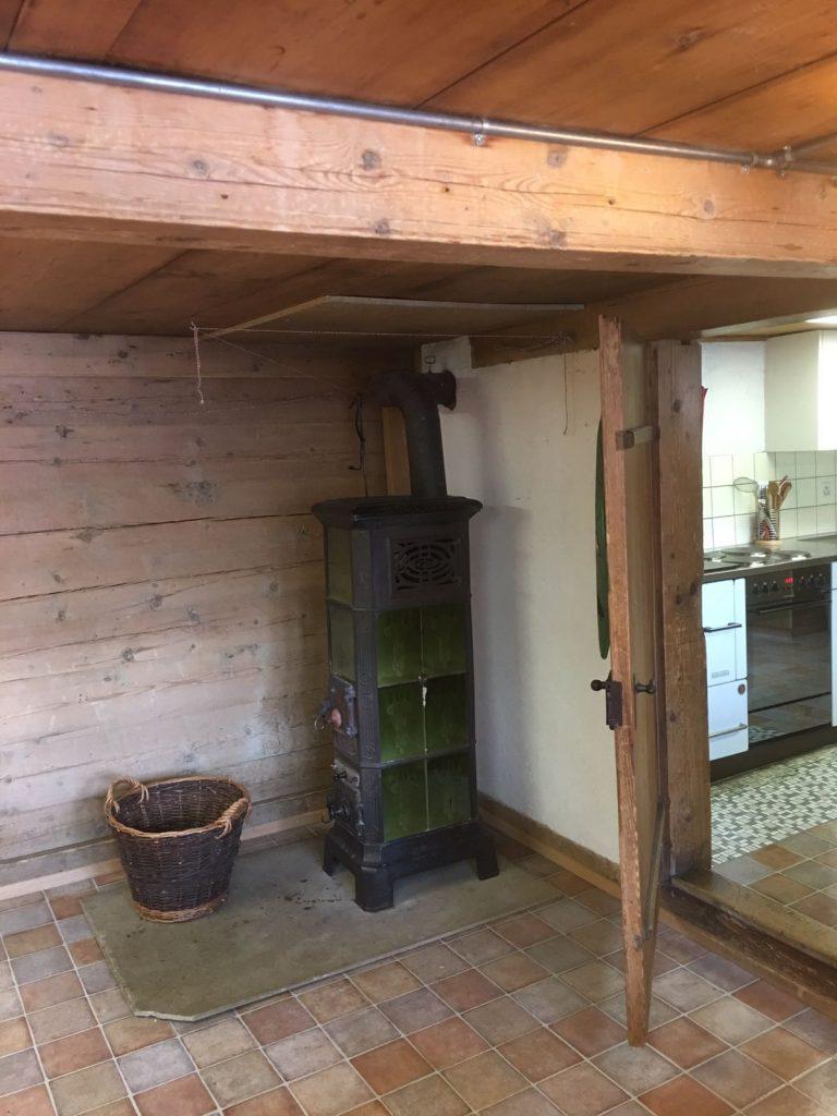 Esszimmer mit Ofen zum Heizen mit Holz